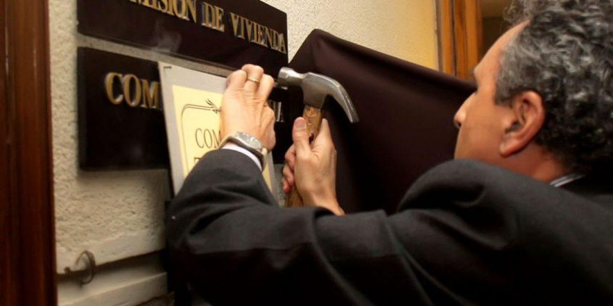 Diputados de oposición se burlan con irónico cartel en la Comisión de Vivienda