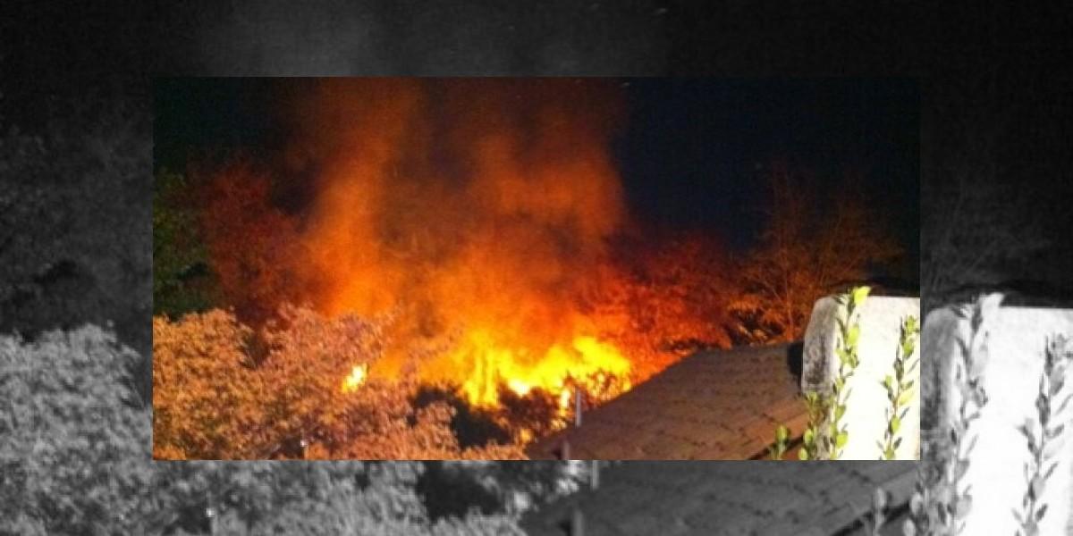Incendio en Pueblito Los Domínicos es controlado: 10 locales destruidos