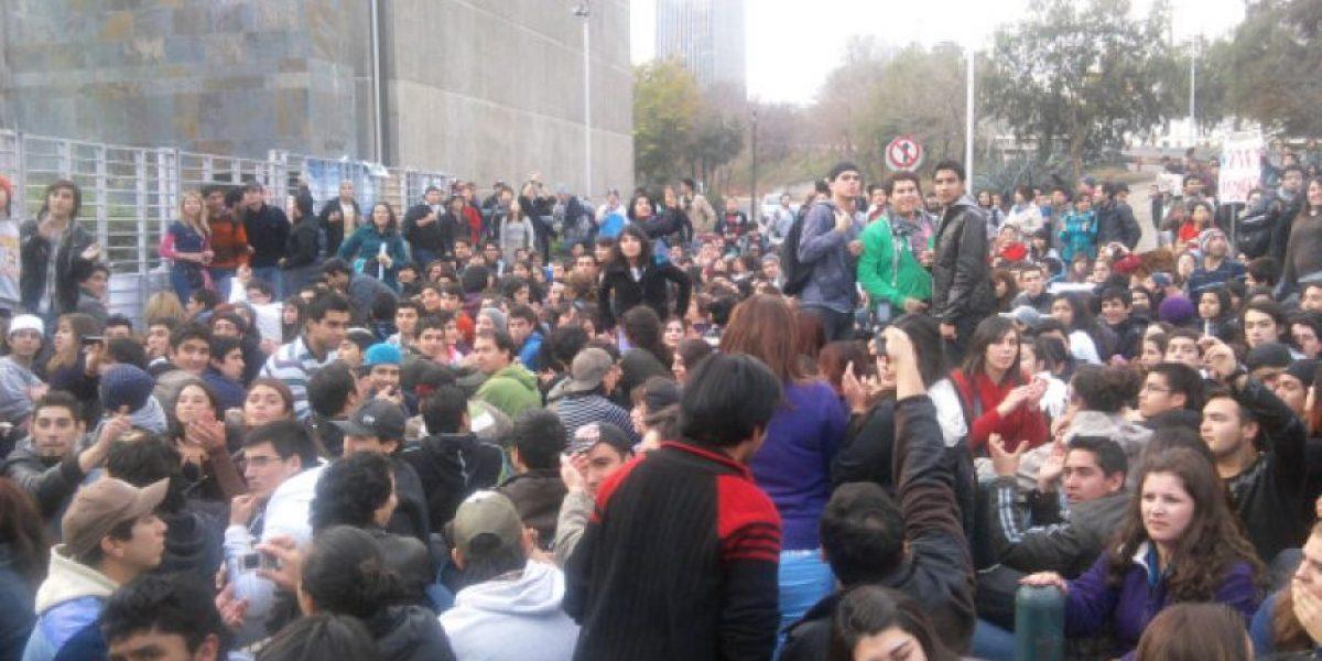 Reportaje de TVN genera protesta estudiantil fuera del canal