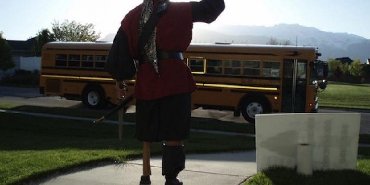 Padre se disfraza todos los días para despedir a su hijo en el bus escolar