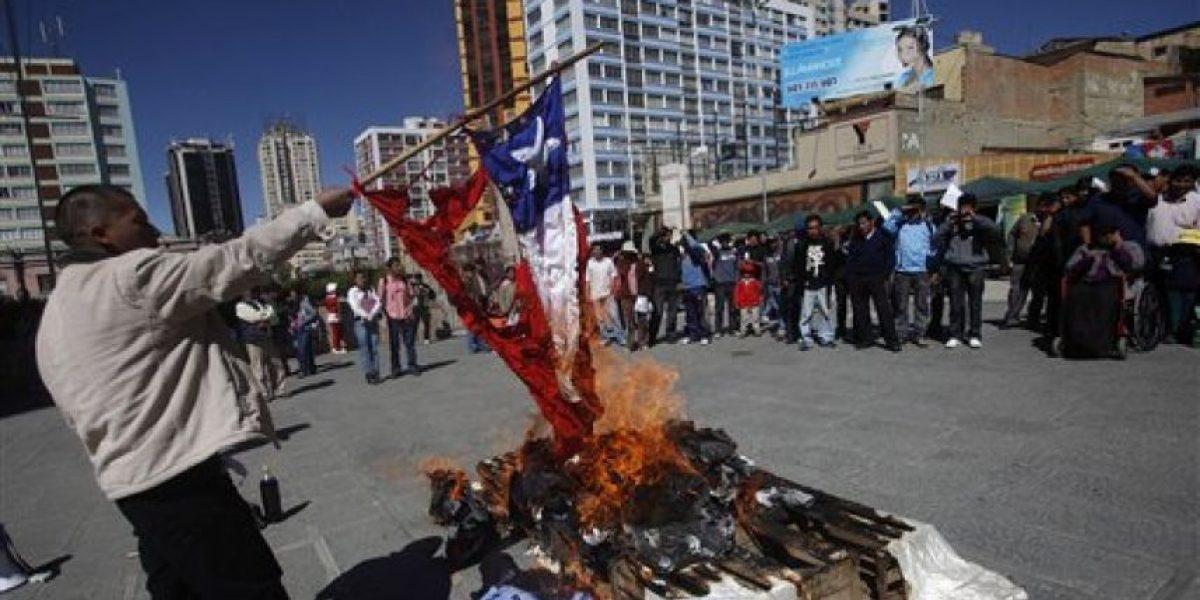 Universitarios bolivianos queman bandera de Chile