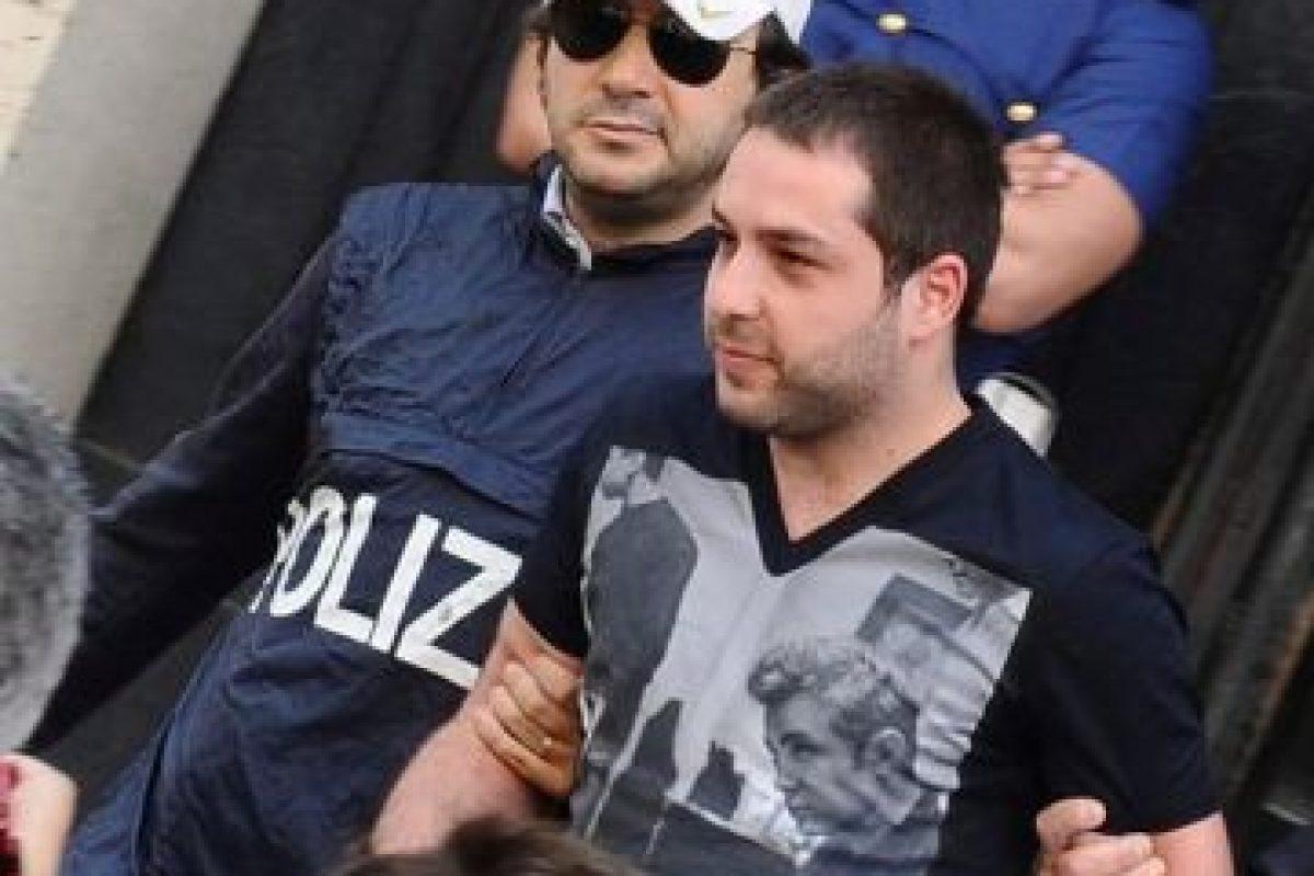 Daniele D'Agnese (27), es escoltado por la policía italiana a la salida de una comisaría. Era uno de los 10 criminales más buscados del país tano. Foto:EFE. Imagen Por: