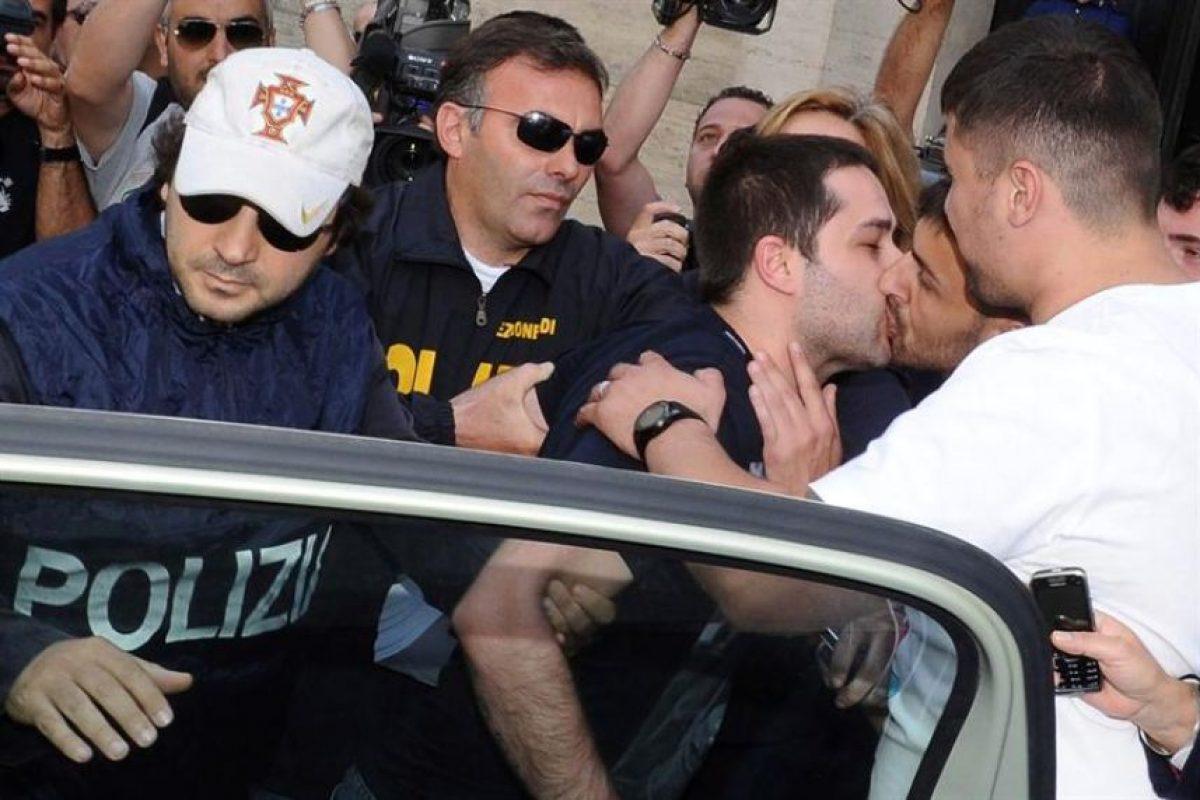 El instante es que un joven besa en la boca a Daniele D'Agnese, uno de los jefes de la Camorra napolitana detenido. Foto:EFE. Imagen Por: