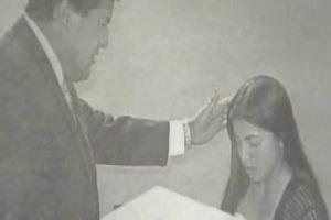 Uno de los pocos registros que existen de la joven Daniela Guzmán en 2004, cuando padeció una supuesta presencia demoniaca en su cuerpo. Foto:Captura de TVN. Imagen Por: