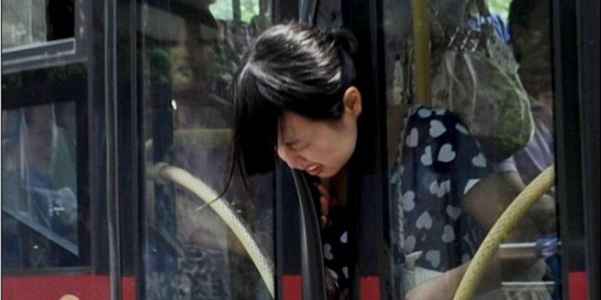Acierto fotográfico capta cuando la cabeza de una mujer queda atrapada en puertas de bus