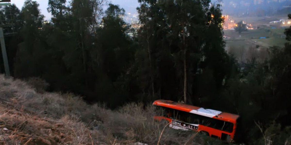 Bus del Transantiago cae a quebrada en sector de La Pirámide