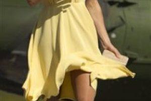 La duquesa de Cambridge debió lidiar con el viento a su llegada a Calgary. Pincha el botón para ampliar las imágenes. Fotos: AP. Imagen Por: