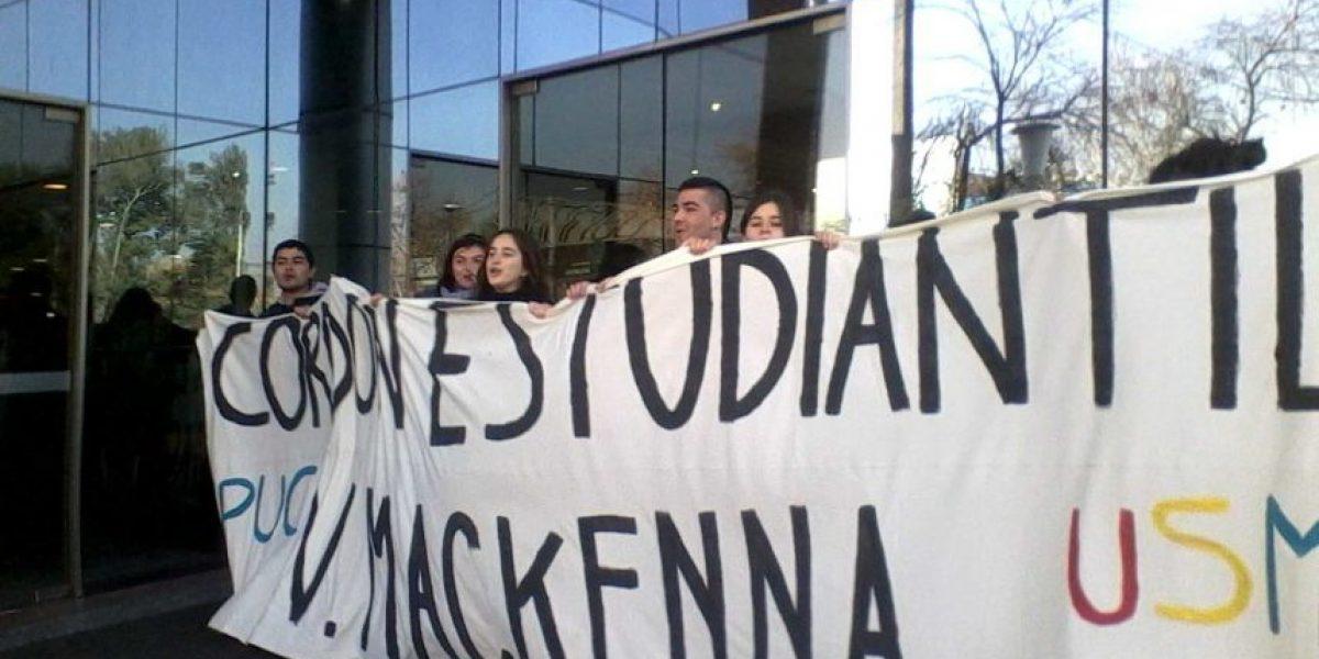 Estudiantes de la Católica y de la USM protestan en frontis de Copesa