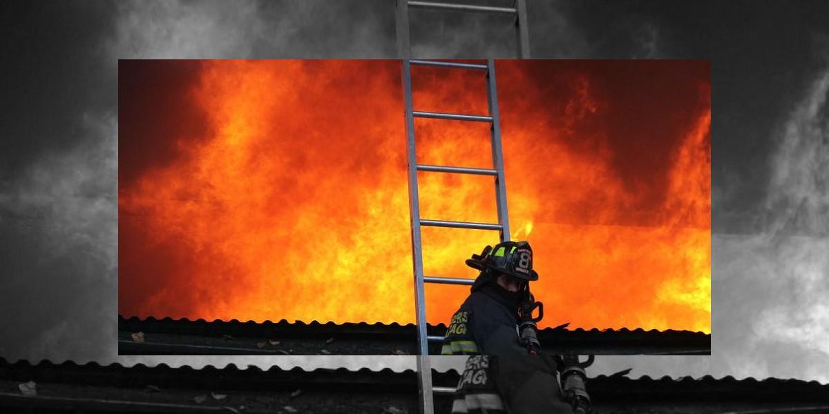 Incendio arrasa con locales ubicados en concurrida esquina de Providencia