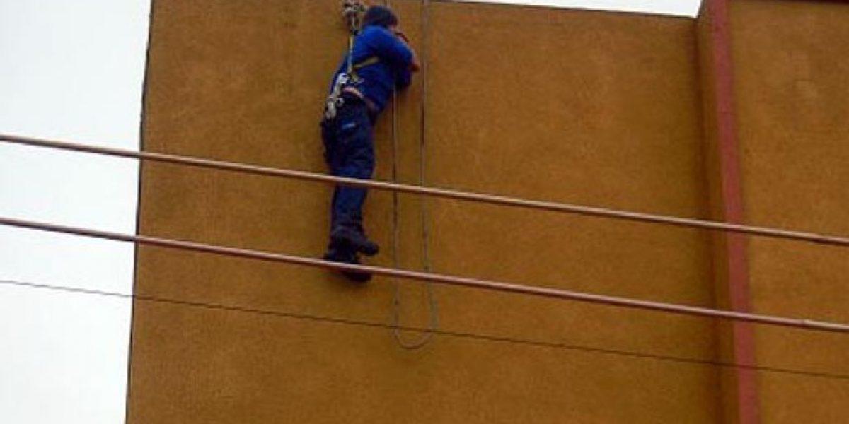 Trabajador sufre accidente y pasa 20 minutos colgando desde 15 metros
