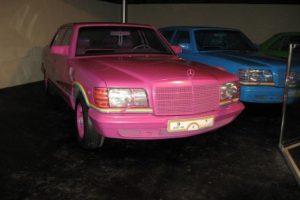 Sus Mercedes Benz de colores del arcoiris.. Imagen Por: