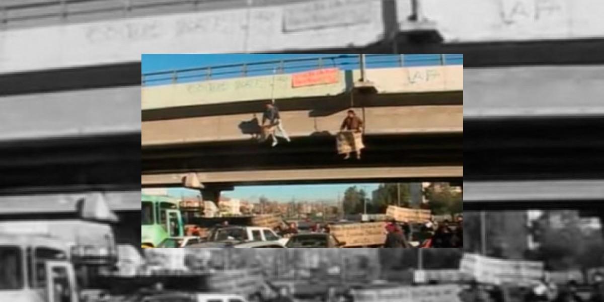 Protesta: Dos colectiveros se cuelgan desde un puente en Vespucio