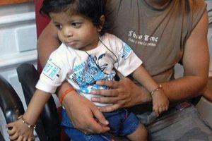 Un niño de tan sólo un año de vida en India rompió el récord Guiness por ser la persona con más dedos en el mundo. Akshat Saxena nació con 34 dedos, siete en cada mano y diez en cada uno de sus pies, aunque no tiene pulgares. El récord mundial anterior en esta materia lo tenía un niño de China que nació con 31 dedos. . Imagen Por: