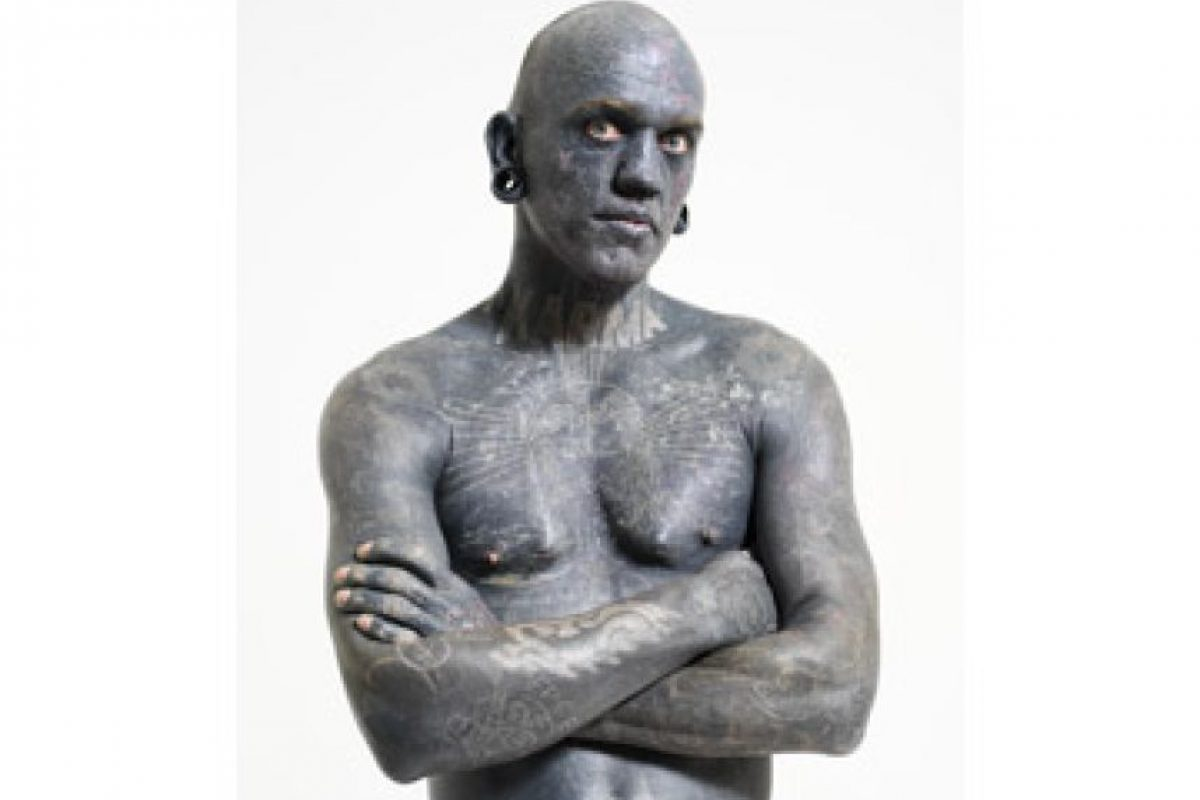 Lucky Diamond Rich (Australia) tiene el record como el hombre más tatuado. Tiene cubierto su cuerpo al 100% con tinta negra, incluidos los párpados, la delicada piel entre los dedos de los pies, el interior de las orejas e incluso las encías. Y no se contentó con eso, decidió cubrirse con diseños en blanco sobre el negro.. Imagen Por: