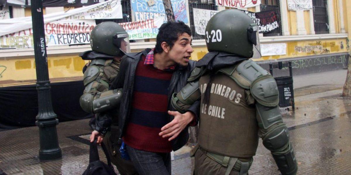 Manifestantes se enfrentan a Carabineros en dos puntos álgidos de Santiago