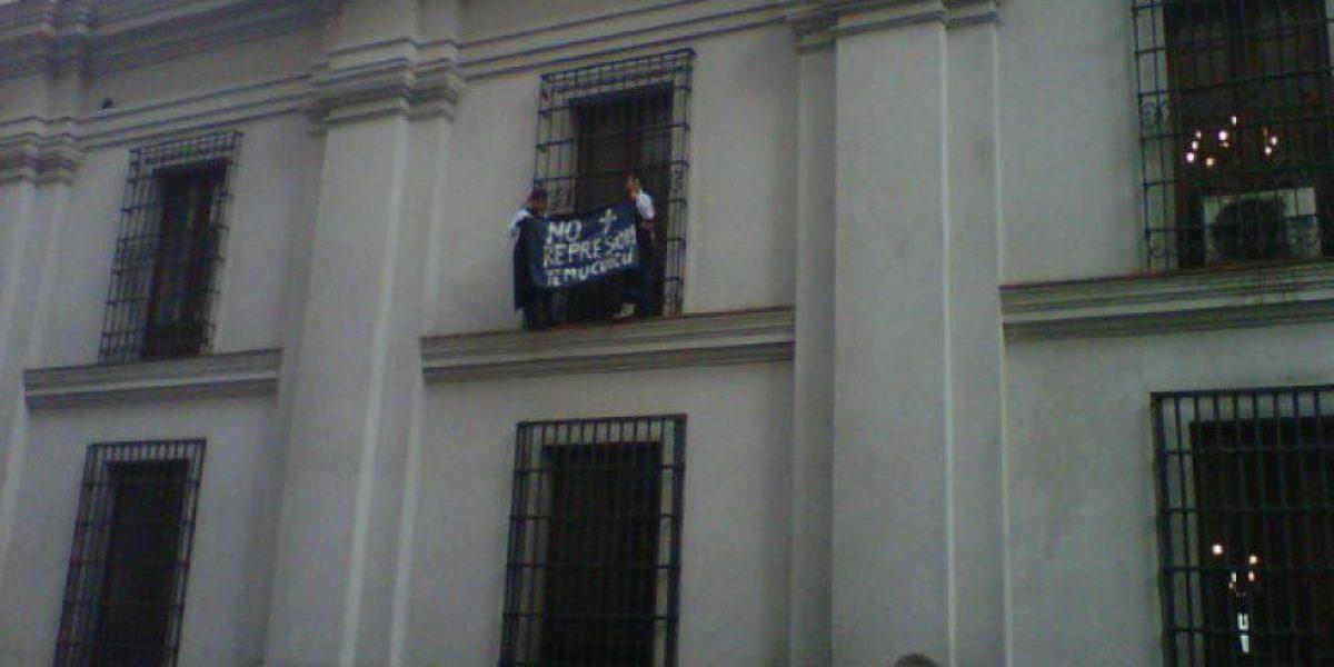 Manifestación en La Moneda: mapuches se cuelgan en las ventanas de Palacio