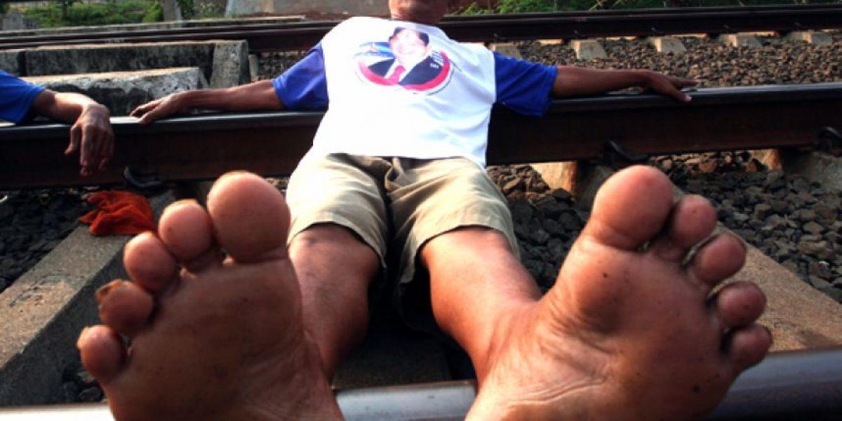 En Indonesia reciben descargas de las líneas del tren como terapia