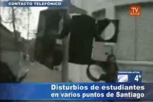 Un semáforo completamente destruido por los encapuchados. Foto:Imagen de TV (TVN). Imagen Por: