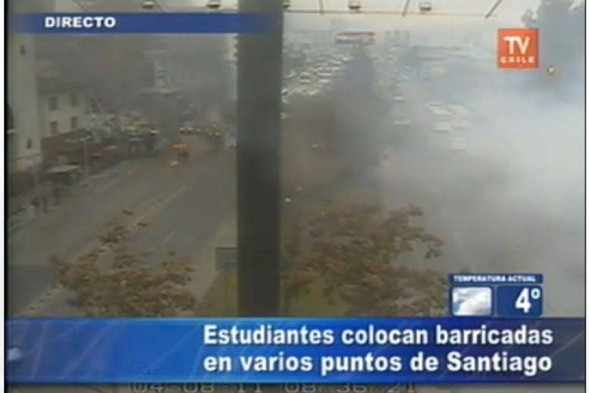 Barricadas frente al terminal de Buses en el metro Universidad de Santiago, en Estación Central. Foto:Imagen de TV (TVN). Imagen Por: