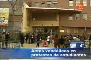 Apoderados del colegio República de Paraguay esperan por sus hijos en las afueras del establecimiento. Foto:Imagen de TV (TVN). Imagen Por:
