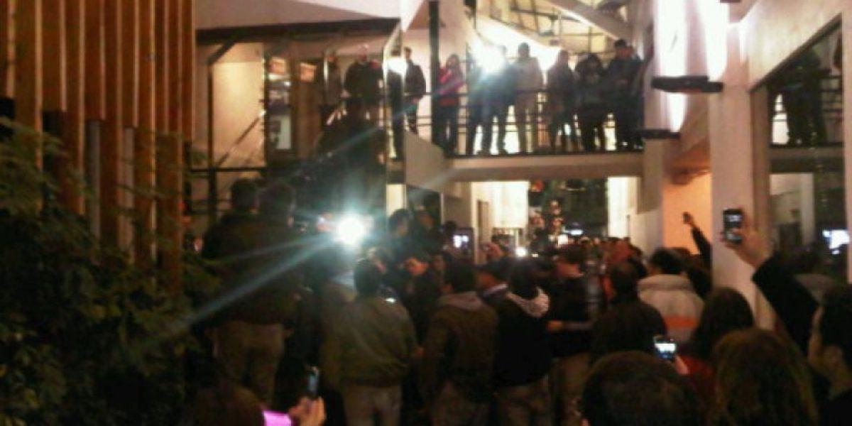 [FOTOS] Grupo de manifestantes ingresa a dependencias de Chilevisión