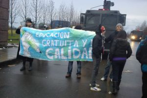 Alumnos de la #retomautal con lienzo frente a carro lanzaagua, alumnos de la facultad de derecho se mantienen encerrados. Foto:Twitpic @Fcotoloza. Imagen Por: