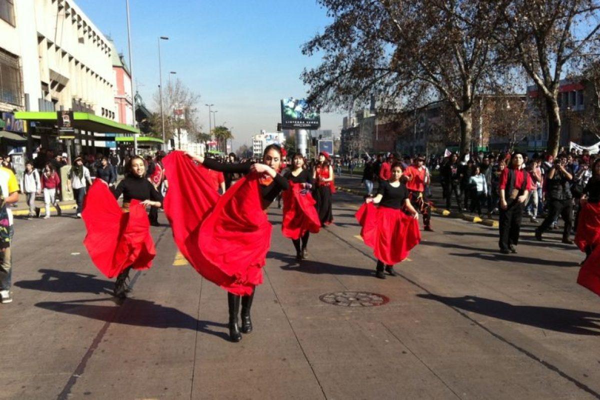Grupos de bailarinas también se manifiestas por la educación. Foto:Yfrog @Alfredo_Kine. Imagen Por: