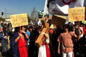 """""""Jesús"""" con sus """"apóstoles"""" en la marcha por la educación. Foto:Yfrog @Alfredo_Kine. Imagen Por:"""