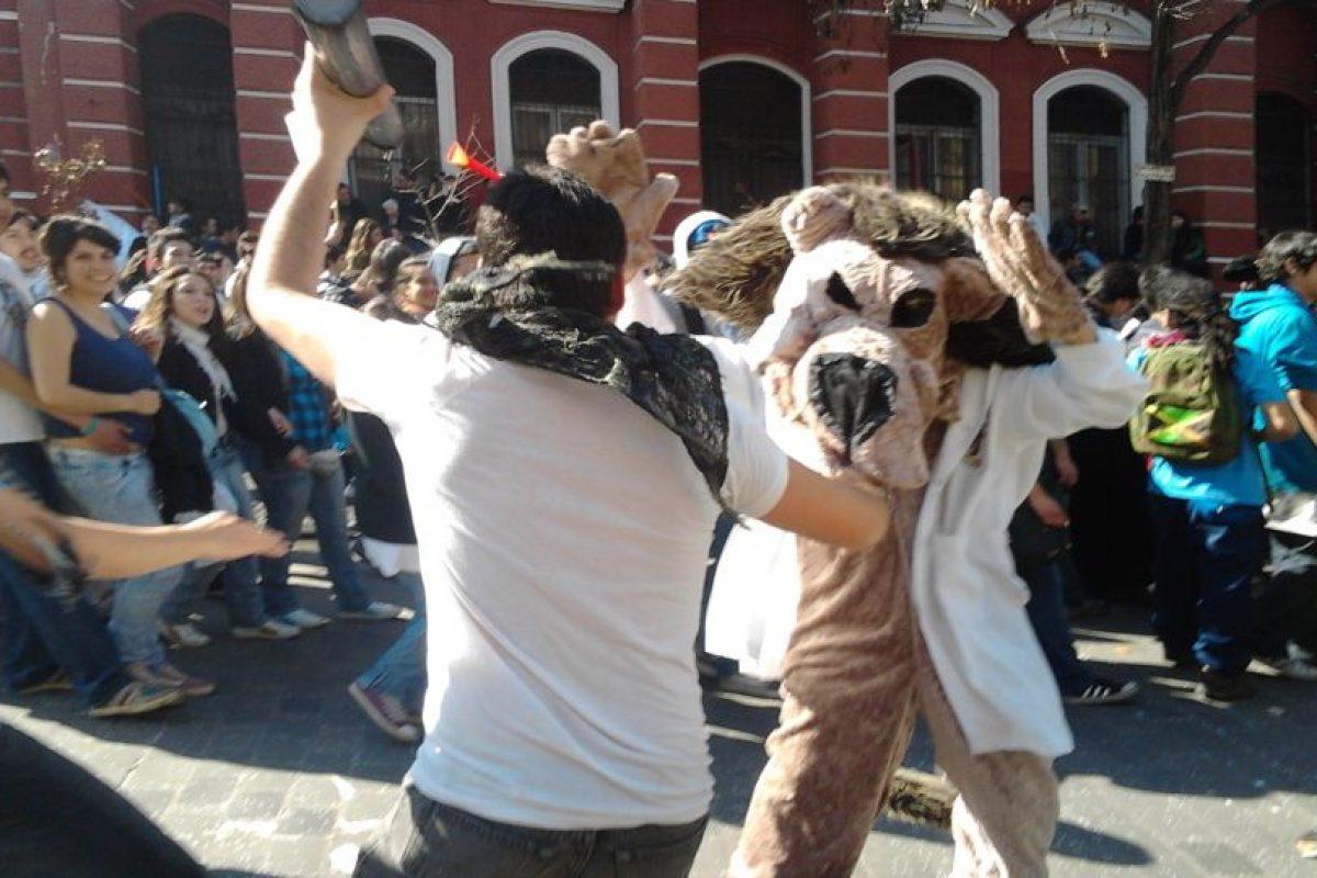 Un manifestante disfrazado de león asiste a la marcha por la educación. Foto:Twitpic @cuevaspato. Imagen Por: