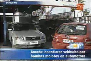 Dos camionetas resultaron quemadas en un concesionario ubicado en avenida Américo Vespucio, en los incidentes matinales. Foto:Imagen de TV (TVN). Imagen Por: