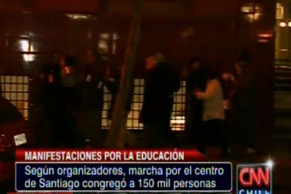 Esto ocurre en las inmediaciones de Plaza Italia Foto:Captura CNN Chile. Imagen Por: