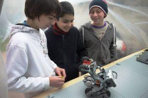 Alumnos del colegio San Francisco del Alba junto al robot con el que representarán a Chile. Foto:Gentileza USS. Imagen Por: