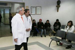 Ministro Mañalich llegando al hospital para visitar a Luis López. Foto:UPI. Imagen Por: