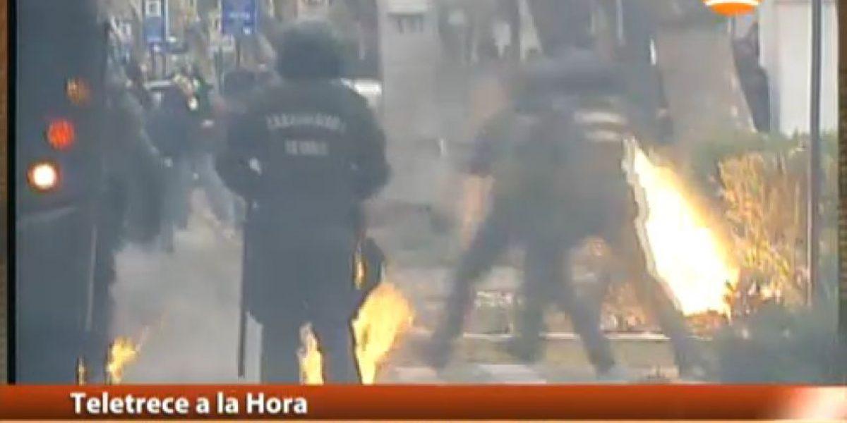 Encapuchados se enfrentan con bombas a Carabineros en Providencia