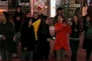 Esto ocurre a esta hora en Plaza Italia. Pese a no ser muchos, demuestran mucho entusiasmo. Foto:Captura CNN Chile. Imagen Por: