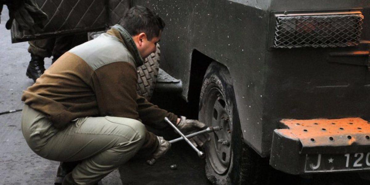 FOTOS: Carabineros deben cambiar rueda de