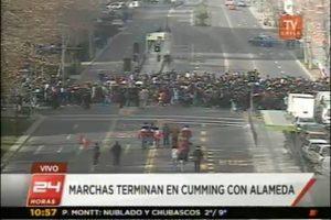 Vucuña Mackenna con Diagonal Paraguay. La columna avanza por Curicó. Foto:Imagen de TV (TVN). Imagen Por: