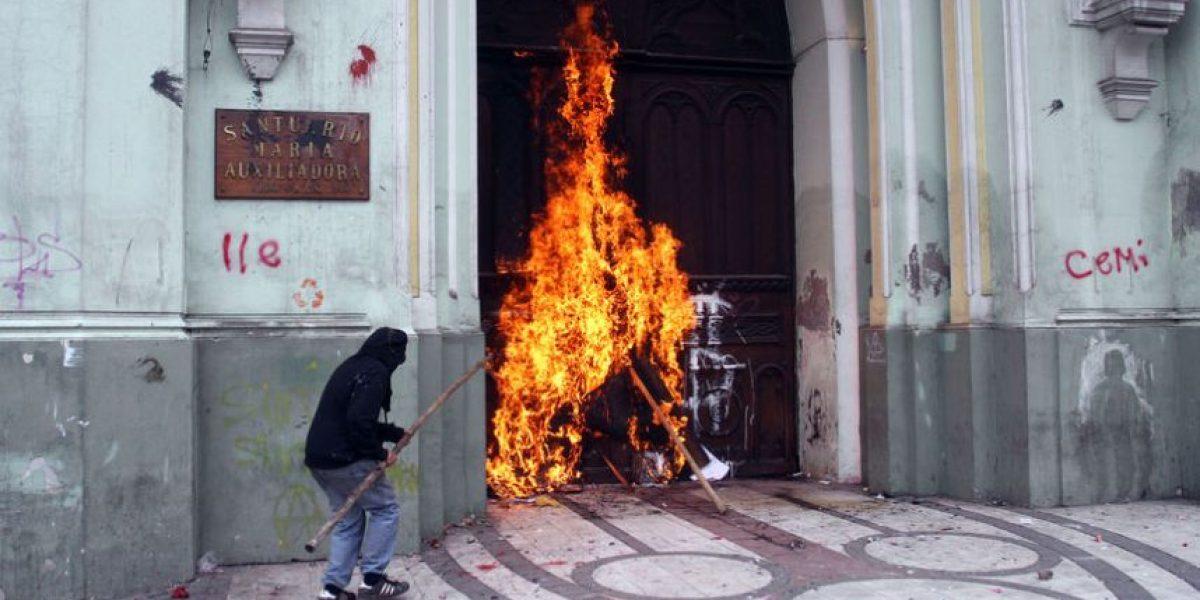 Encapuchados prenden fuego a Iglesia de La Gratitud Nacional