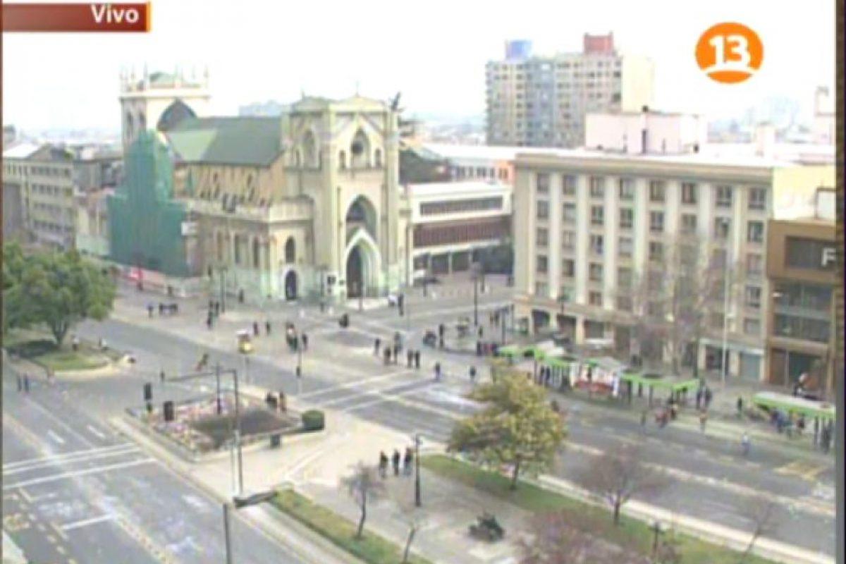 Cumming con la Alameda a las 12:30 horas. La columna de manifestantes se desplazó hacia el oriente a Alameda con San Martín Foto:Imagen de TV (Canal 13). Imagen Por: