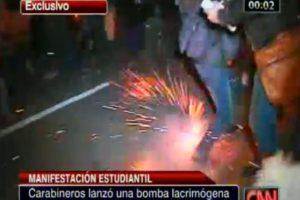 La bomba cayó en medio del grupo que se disponía a abandonar la universidad. Foto:Captura CNN Chile. Imagen Por:
