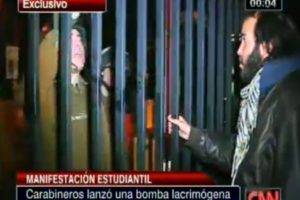 Este es el momento exacto en que un efectivo de carabineros deja caer una bomba lacrimógena, sin provocación de por medio. Foto:Captura CNN Chile. Imagen Por: