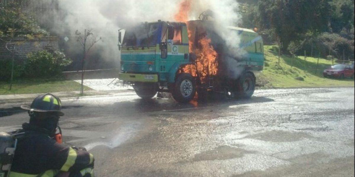 FOTOS: Camión municipal se incendia en plena avenida de Vitacura