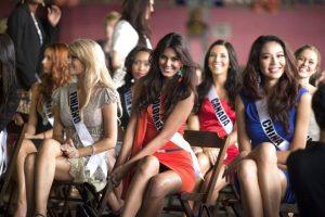 Momento en el que la Miss Colombia, Catalina Robayo muestra que no lleva nada bajo el vestido. EFE. Imagen Por:
