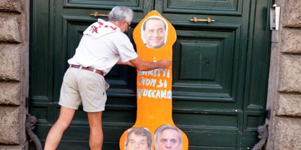 [FOTOS] La insólita protesta contra Silvio Berlusconi en Roma