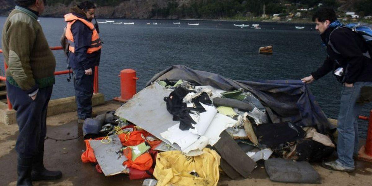 FOTOS: Pescadores muestran restos del avión encontrados en el mar