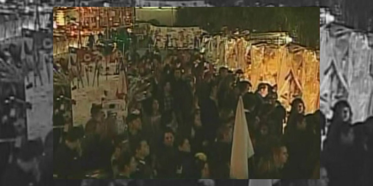 Cientos de personas llegan a TVN tras identificación de restos de Felipe Camiroaga