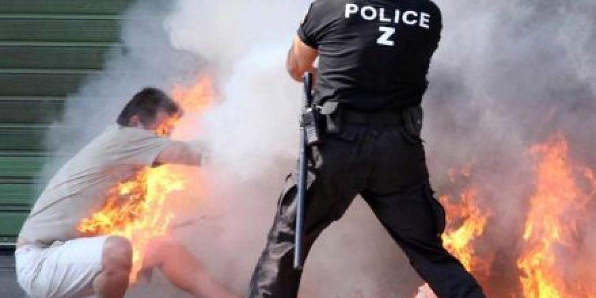 [FOTOS] Policía logra salvar a hombre que se quemó a lo bonzo en Grecia