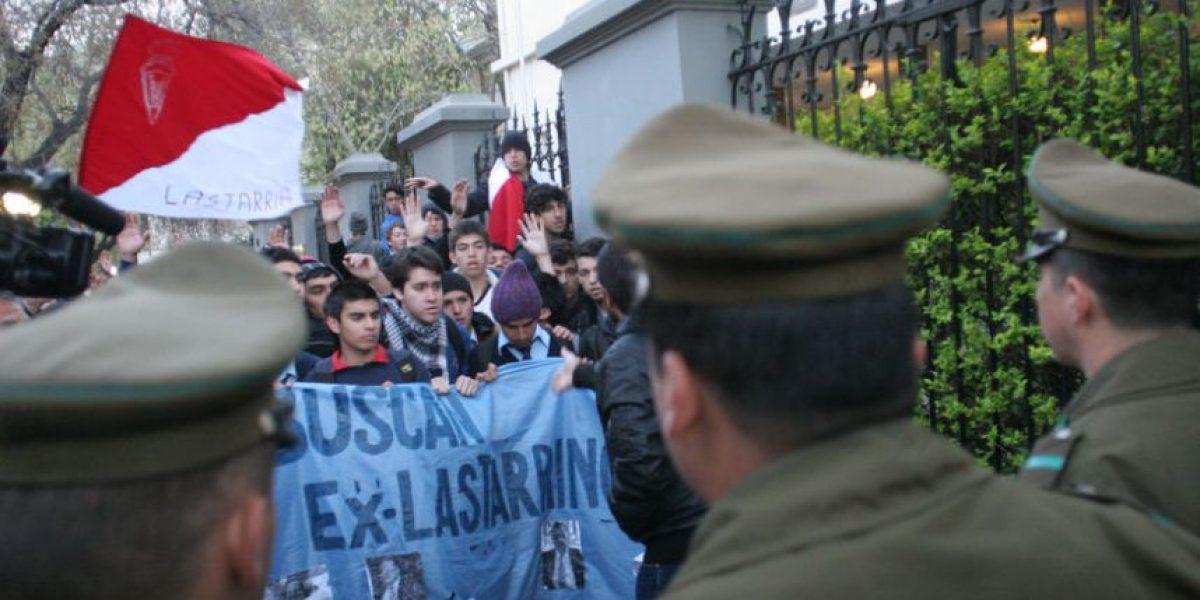 Estudiantes del Lastarria se retoman el liceo pese a resistencia de carabineros