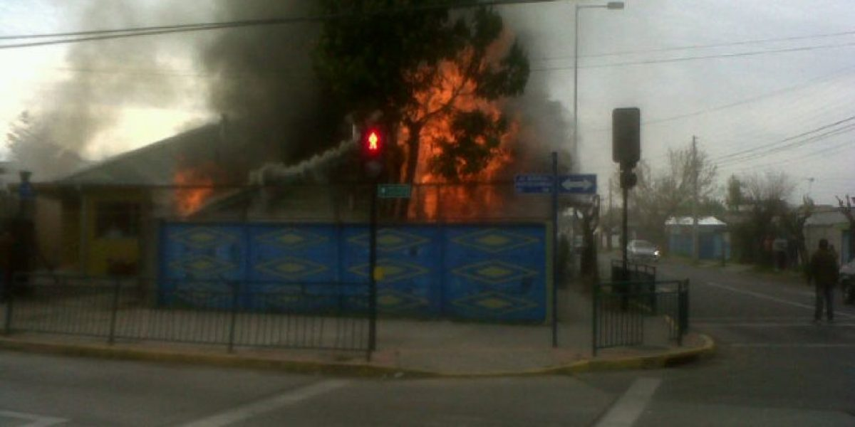 FOTOS: Incendio  consume casa de madera en Chillán