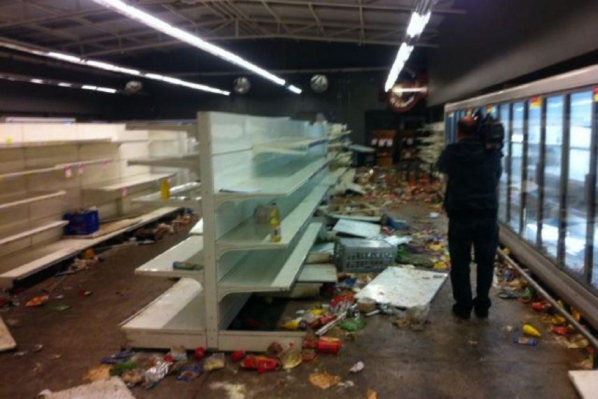 Imagen del saqueo de un supermercado Ekono en Quilicura que terminó completamente destruído. Foto:@PanchoMoron. Imagen Por:
